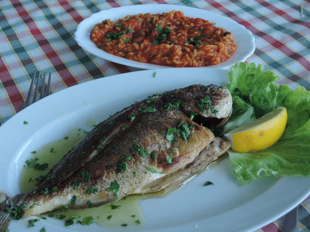Fisk i alla former är självklart huvudföda på öarna. Vi varierade lite och åt bland annat mycket god gulash och välsmakande lasagne.